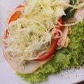 1052 Pute Tandoori: Putenbrust Feinschnitt,  Curry, Krautsalat, Paprika, Salat