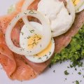 1074 Lachs mit Meerrettich: Lachs, Dill, Ei, Zwiebel, Salat, Sahnemeerrettich