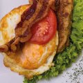 1142 Frikadelle Spiegelei: Frikadelle, Spiegelei, Tomate, Bacon, Salat
