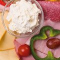 """3015 Frühstück """"Duo"""": Salami Südländer Art, Farmerschinken, Butterkäse, Paprika, Trauben, Salat, Brie, Schinkenwurst"""