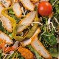 4016 Gartensalat Hähnchenbrust: Mischsalat, Paprika, Peperoni, Cherrytomaten, Hähnchenschnitzel, Petersilie